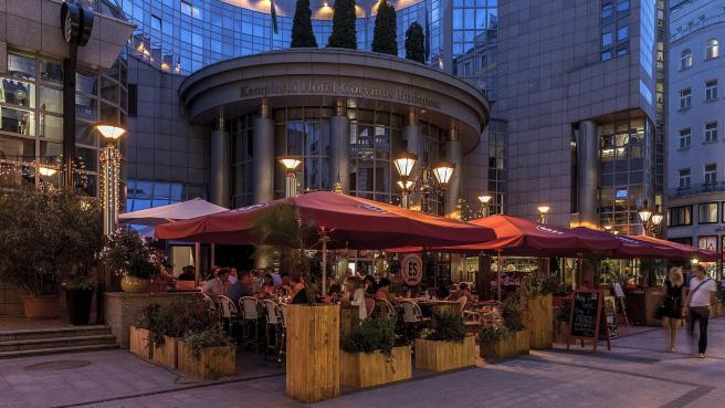 es-bisztro-summer-terrace-kempinski-hotel-budapest